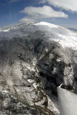 グライダーから見た米子大瀑布と四阿山