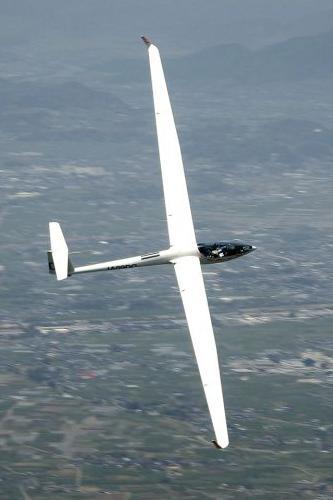 熱上昇気流をとらえて滑翔中のDG800
