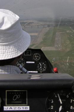 最終旋回を終え着陸するグライダーの操縦席より見た長野市滑空場