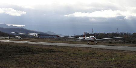 航空機曳航で離陸中のSZD-50-3 プハッチ