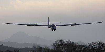 着陸進入中の複座グライダー SZD-50-3 プハッチ